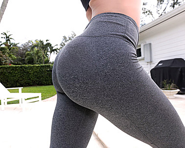 Mia Pearl in 10/10 fit booty - The Real Workout