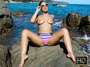 Claudia Bavel in Amor En La Playa - Oye Loca | Team Skeet