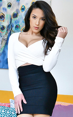 Adrian Hush wartet mit ihrer haarigen Latina-Muschi in POV auf